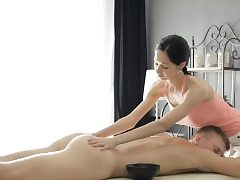Fantastic masseur Emma Blows a load gets puss plunged by her nasty client